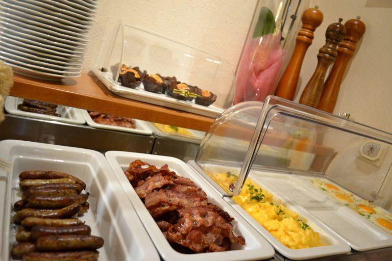 Fruehstuecksbuffet_warme-Speisen